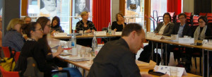 In Stuttgart diskutieren die Teilnehmenden über Mehrgenerationenhäuser