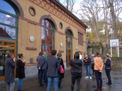 Die Teilnehmenden stehen im Innenhof des Generationenhauses in Stuttgart-Heslach.