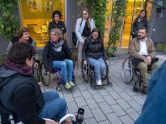 Ein Teil der Teilnehmenden sitzt in Rollstühlen und wartet auf den Rollstuhl-Parcours.
